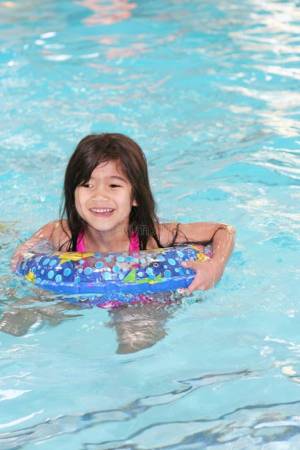 愉快地游泳的子项 库存照片