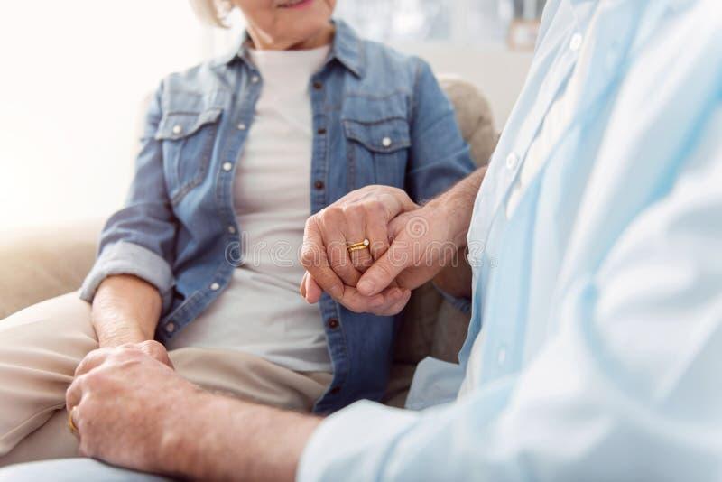 愉快地看彼此的变老的令人惊讶的夫妇 免版税图库摄影