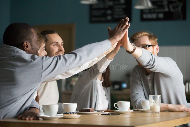 愉快多种族朋友咖啡馆给高五在会议上在加州 免版税库存照片