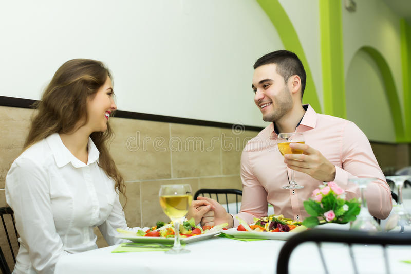 愉快夫妇的正餐有餐馆 图库摄影