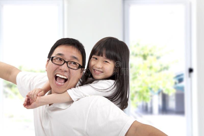 愉快女儿的父亲 免版税库存照片