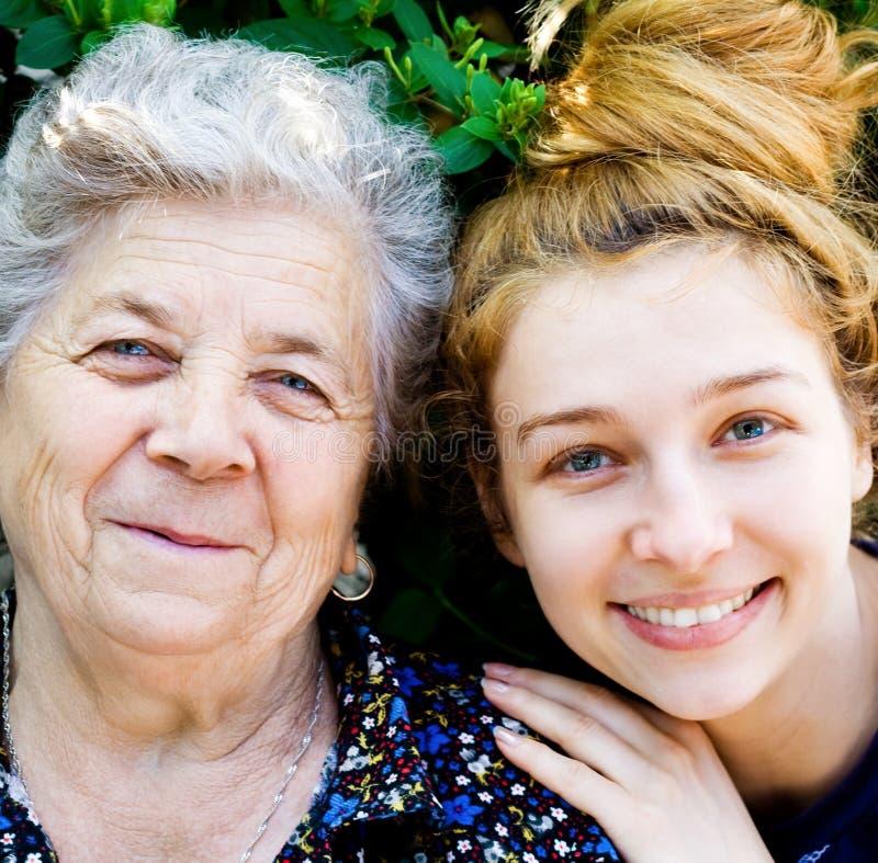 愉快女儿的祖母 免版税库存照片