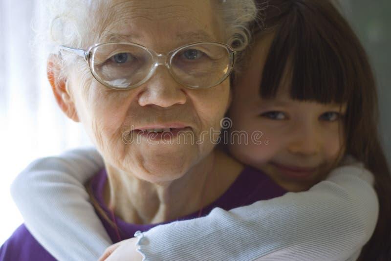 愉快女孩的祖母 免版税图库摄影