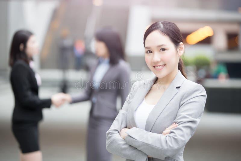 愉快女实业家微笑对您 免版税库存照片