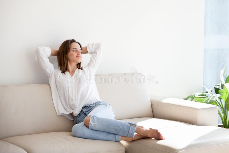 愉快女性在家舒展舒适教练消费周末 免版税库存照片