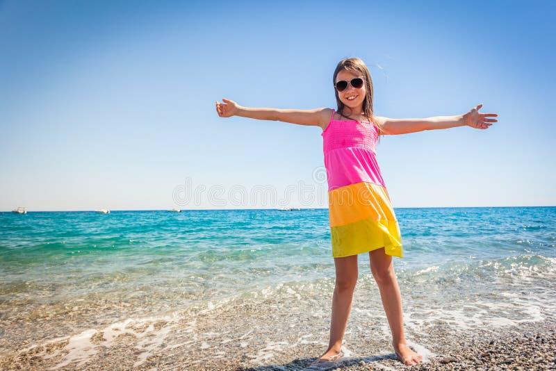 愉快女性孩子享用在暑假时看见 免版税库存图片