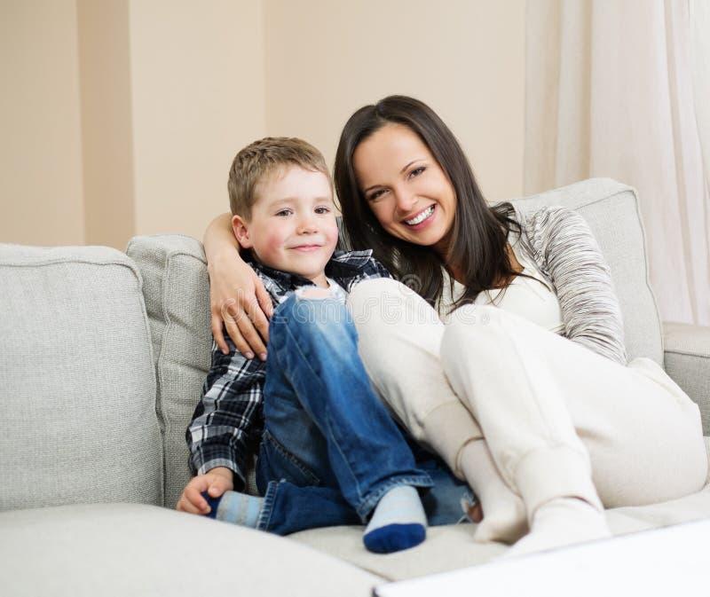 愉快她的母亲儿子年轻人 免版税图库摄影