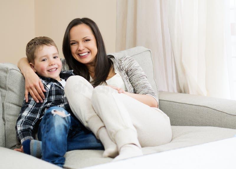 愉快她的母亲儿子年轻人 库存图片