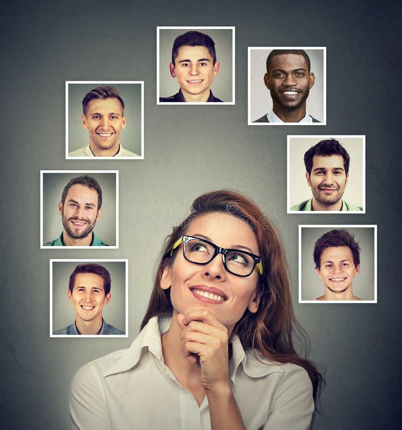 愉快妇女认为哪个人她最喜欢爱 免版税库存照片