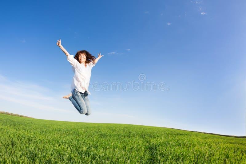 愉快妇女跳跃 免版税库存图片