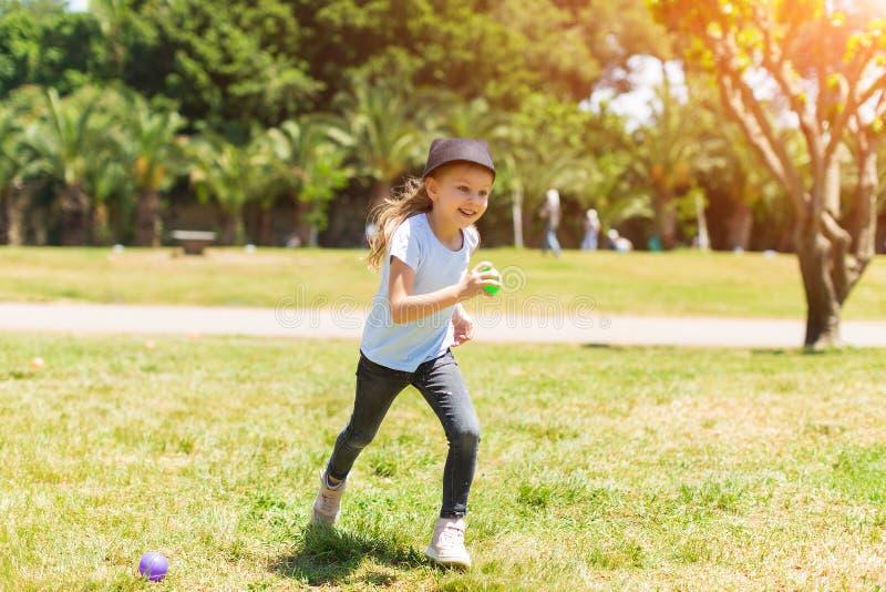 愉快婴孩微笑 女孩赛跑在公园 免版税库存照片