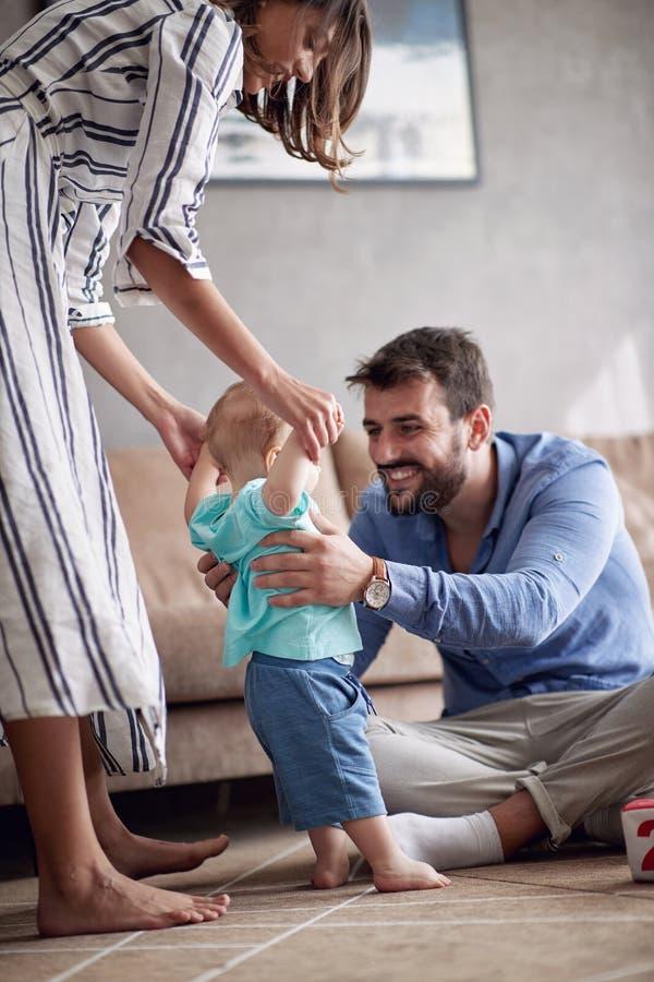 愉快学会家庭使用和的婴孩在家走 图库摄影