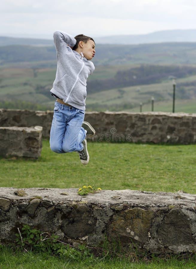 愉快孩子男孩跳跃 免版税库存照片
