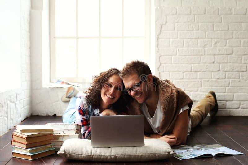 年轻愉快家庭放松 免版税图库摄影