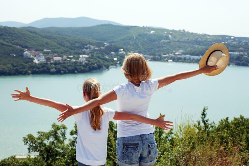 愉快家庭旅行:母亲和儿童女儿 免版税库存图片