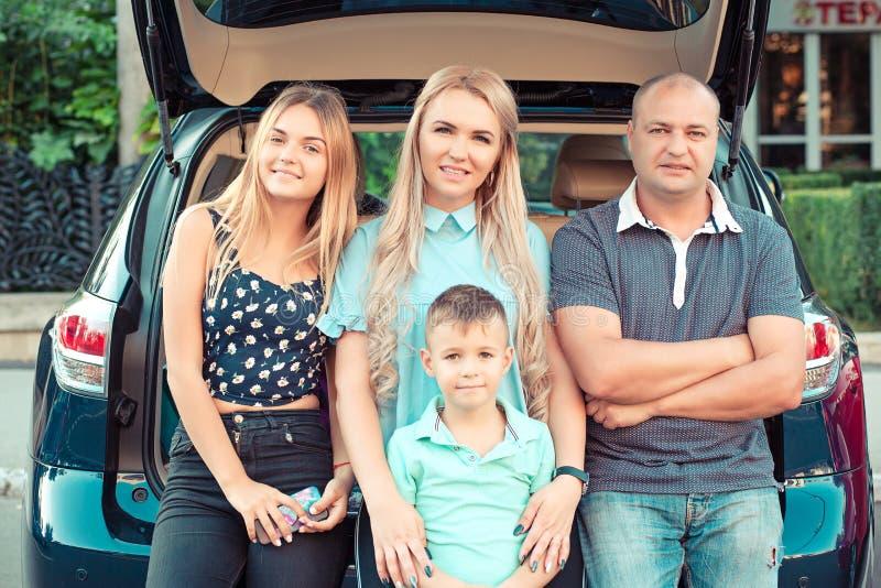 愉快家庭旅行 愉快的母亲父亲儿子和女儿厕所 免版税图库摄影