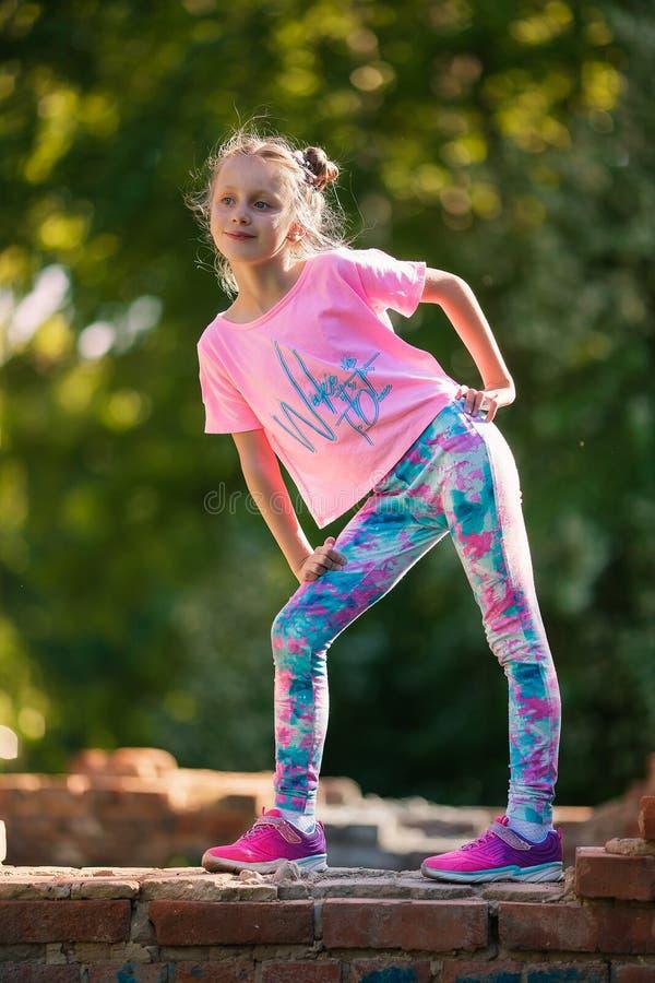 愉快小儿童跳跃活跃为乐趣 活跃和精力充沛的女孩获得乐趣在夏天 体育的概念,舞蹈,臀部 免版税库存图片