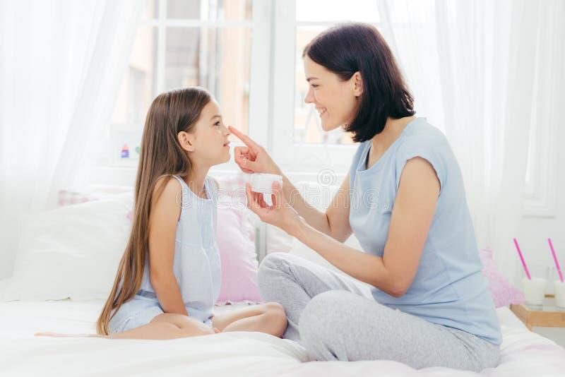愉快小童颜画象在应用crea的母亲 免版税库存照片