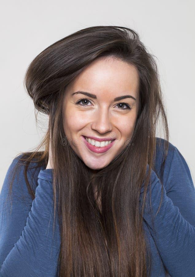 愉快少妇微笑的使用与健康的长的头发 库存图片