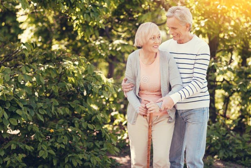 愉快年长夫妇微笑 免版税库存图片