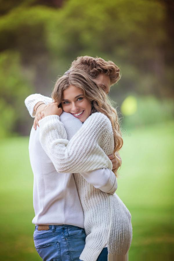 愉快微笑的爱恋夫妇拥抱 库存照片