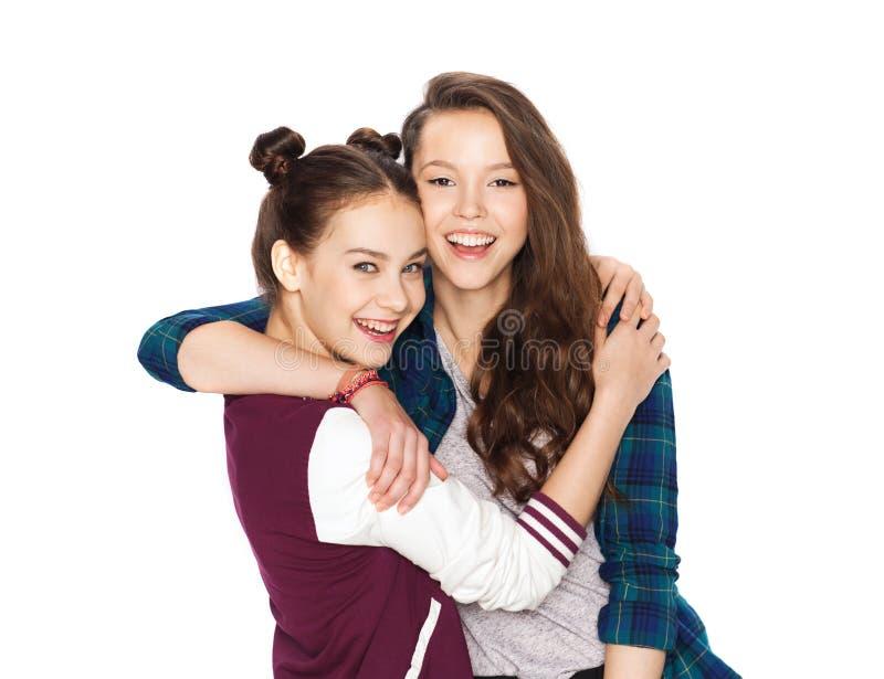 愉快微笑相当十几岁的女孩拥抱 库存图片