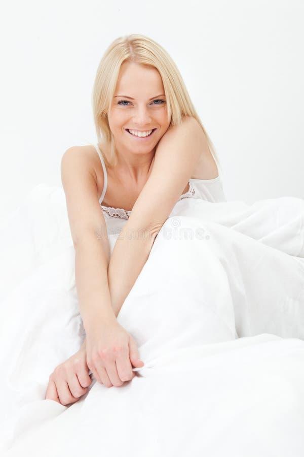 愉快微笑醒来妇女年轻人 免版税图库摄影