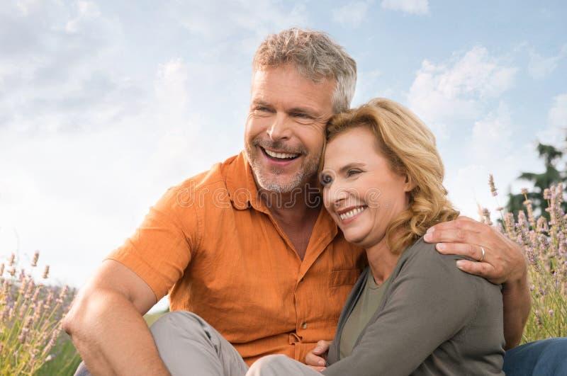 愉快成熟夫妇笑 免版税库存图片