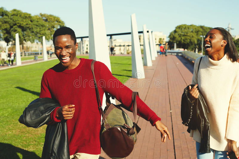 愉快时髦两深色皮肤的男人和妇女最好的朋友有了不起的时光一起在他们的周末期间, 库存图片