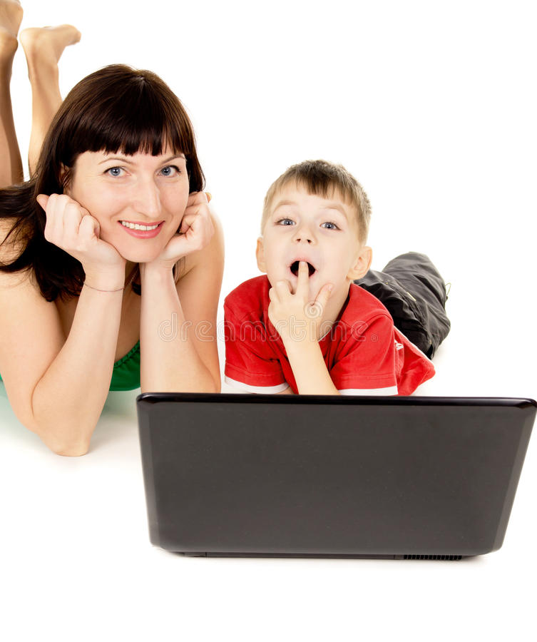 愉快有她的母亲手表的一个小孩子电影笔记本 免版税库存图片