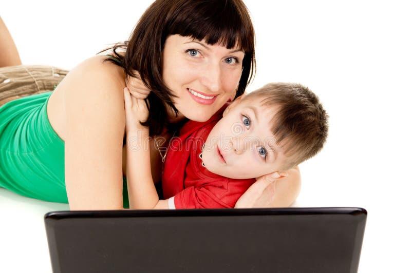 愉快有她的母亲手表的一个小孩子电影笔记本 库存图片