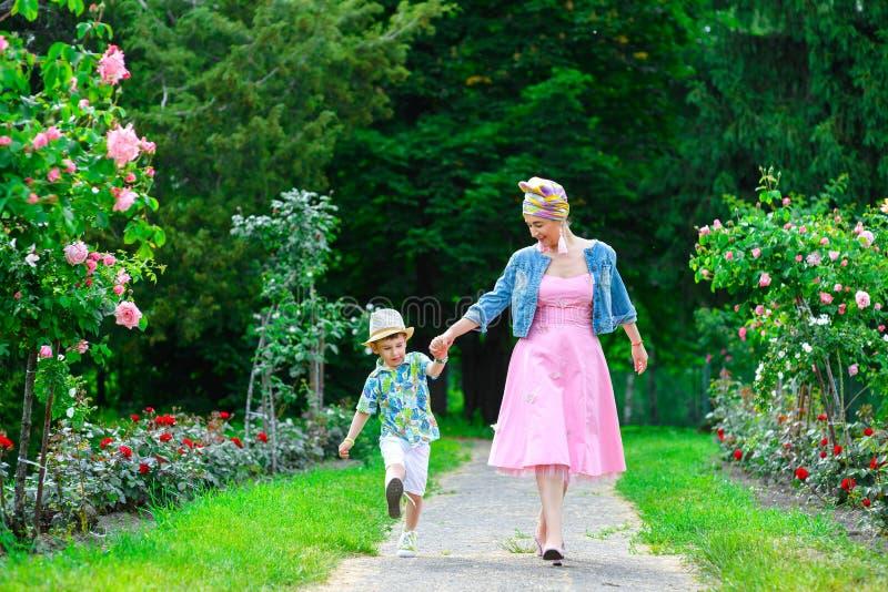 愉快母亲和儿子走 图库摄影