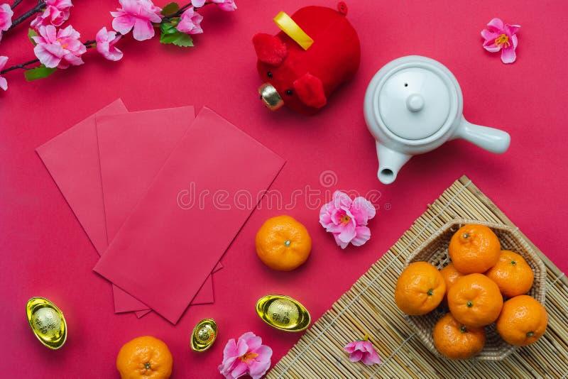 愉快汉语的手段富有或富裕和 台式视图旧历新年&农历新年概念背景 平的位置 免版税库存图片