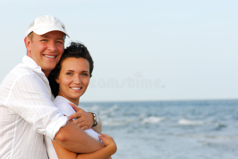 愉快海滩的夫妇 免版税图库摄影