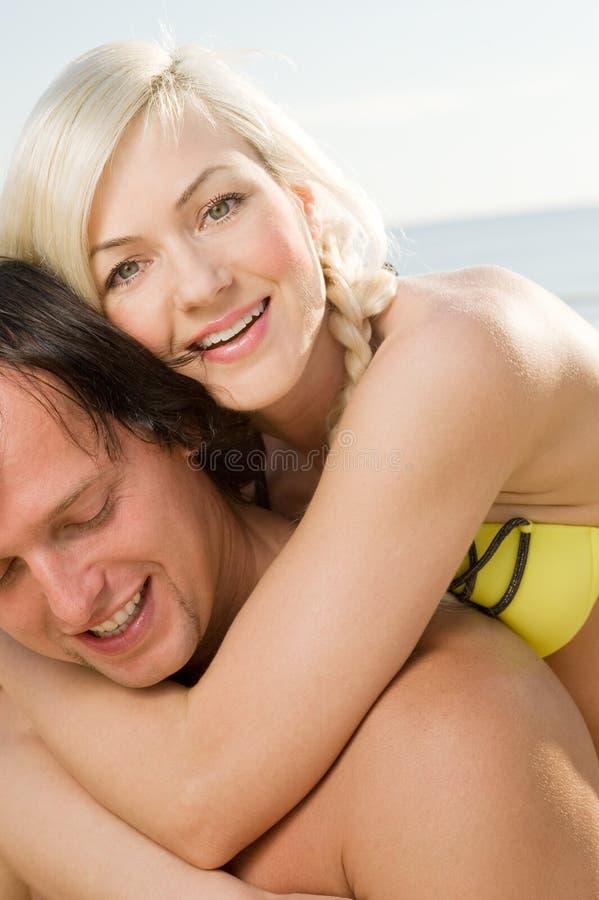 愉快海滩的夫妇 免版税库存照片