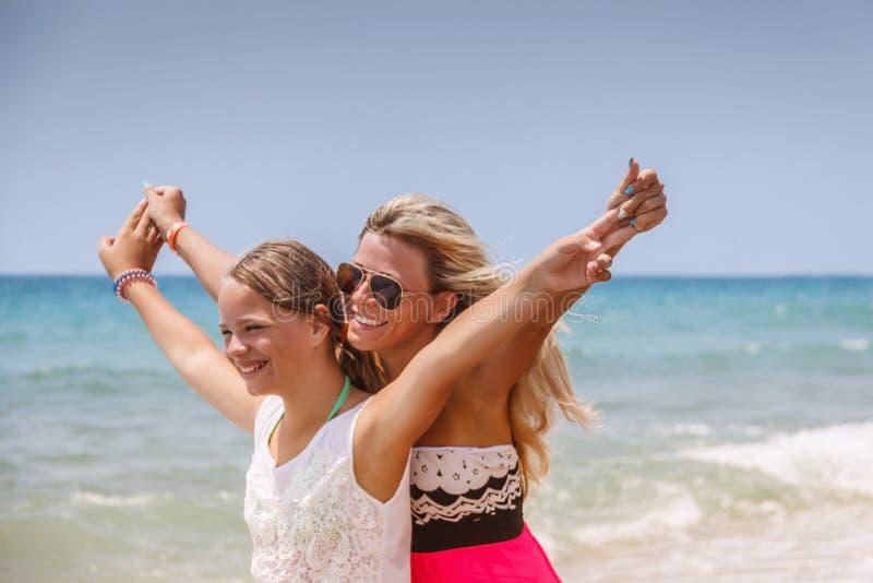 愉快海滩的系列 获得的人们乐趣暑假 母亲和孩子反对蓝色海和天空背景 节假日 免版税库存图片