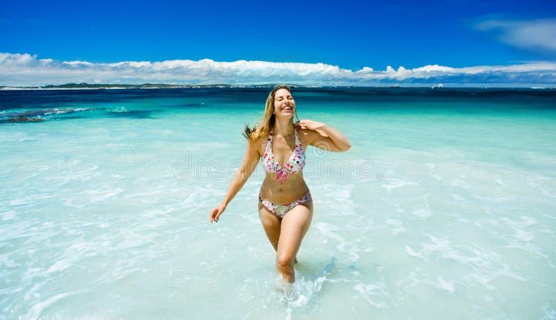 愉快海滩美丽的女孩 免版税图库摄影