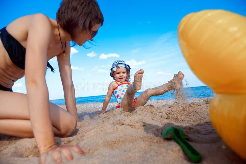 愉快海滩的系列 海上的母亲和小女儿 库存照片