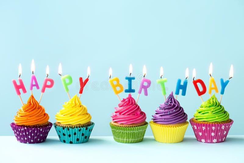 愉快生日的杯形蛋糕 库存照片