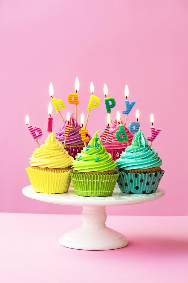 愉快生日的杯形蛋糕 免版税库存照片