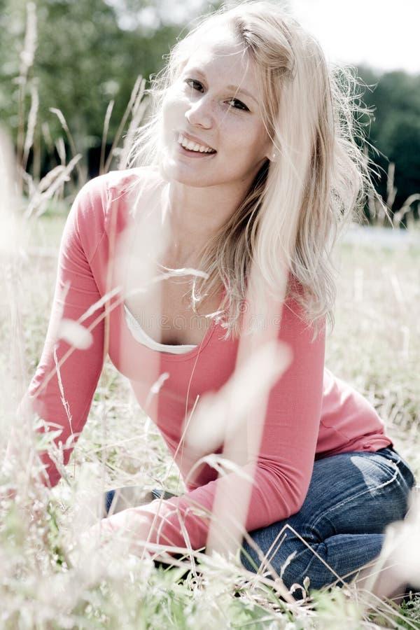 愉快白肤金发的女孩 库存图片