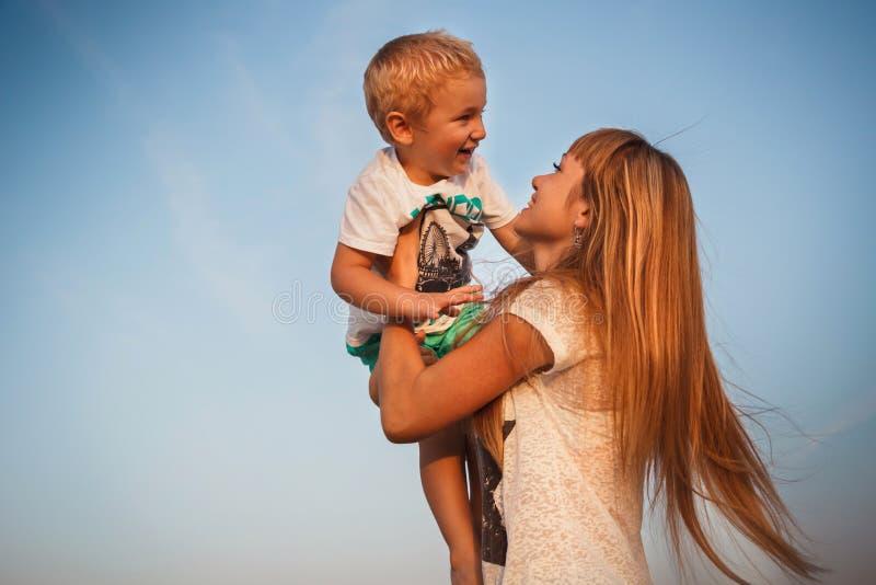 愉快的一起使用在海滩的母亲和儿子 库存照片