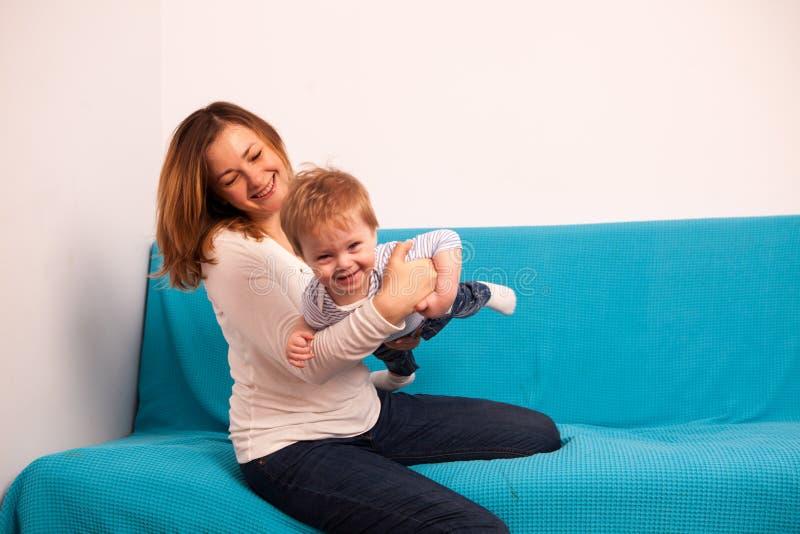 愉快的一起使用母亲和笑的儿子 免版税图库摄影