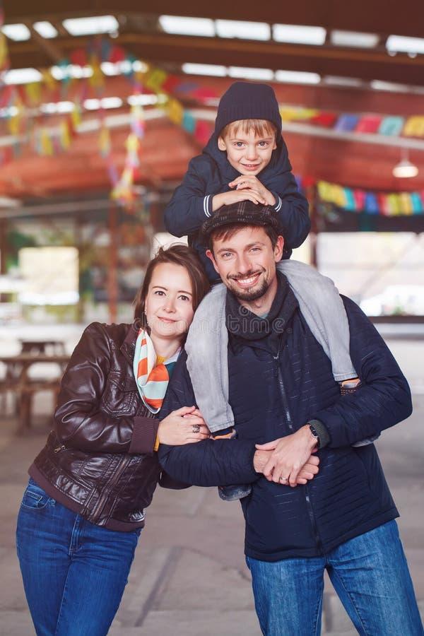 愉快的三口之家母亲、父亲和儿子,微笑的笑,外面 库存照片