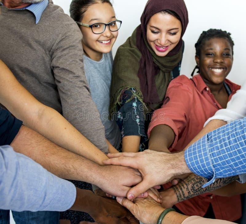 愉快的不同的人民一起团结 免版税图库摄影