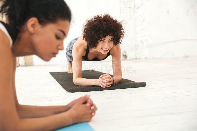 愉快的不同种族的人在瑜伽演播室 免版税库存照片