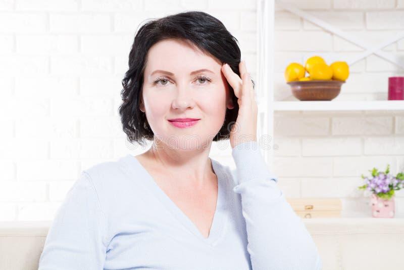 愉快的中年妇女在家背景 面孔皮肤护理和防皱概念 构成化妆秀丽治疗 有选择性 库存图片