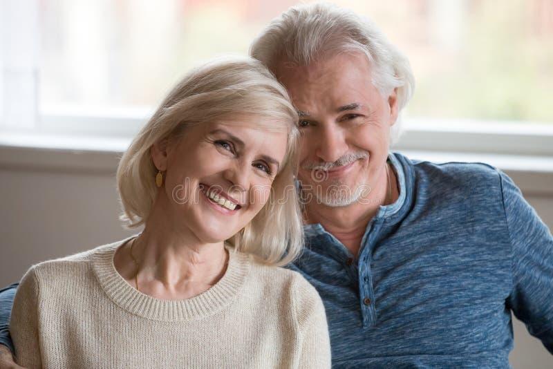 愉快的中部特写画象变老了摆在浪漫的夫妇  免版税库存图片