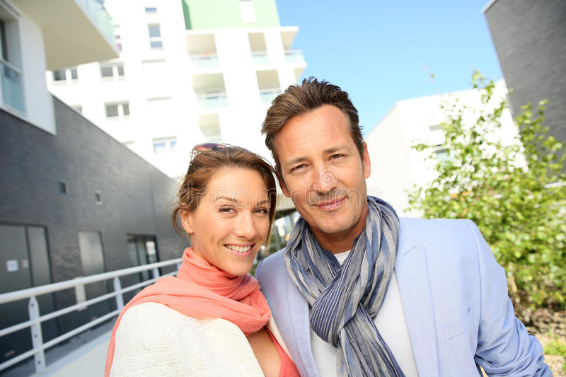 愉快的中年夫妇在市区 图库摄影