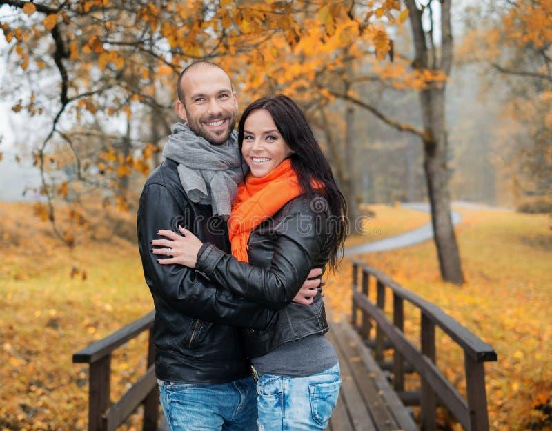 愉快的中年夫妇在秋天天 免版税图库摄影